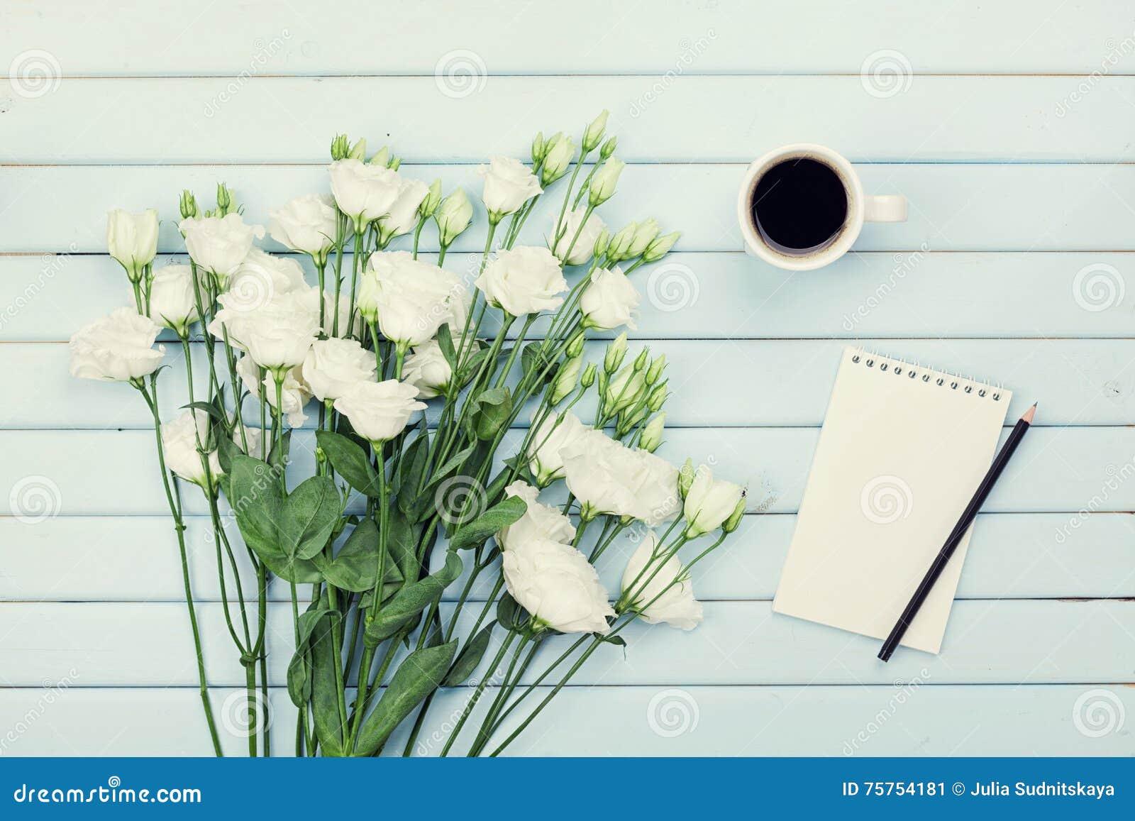 Fiori Bianchi Lista.Tazza Di Caffe Di Mattina Lista Di Carta Vuota Matita E Mazzo