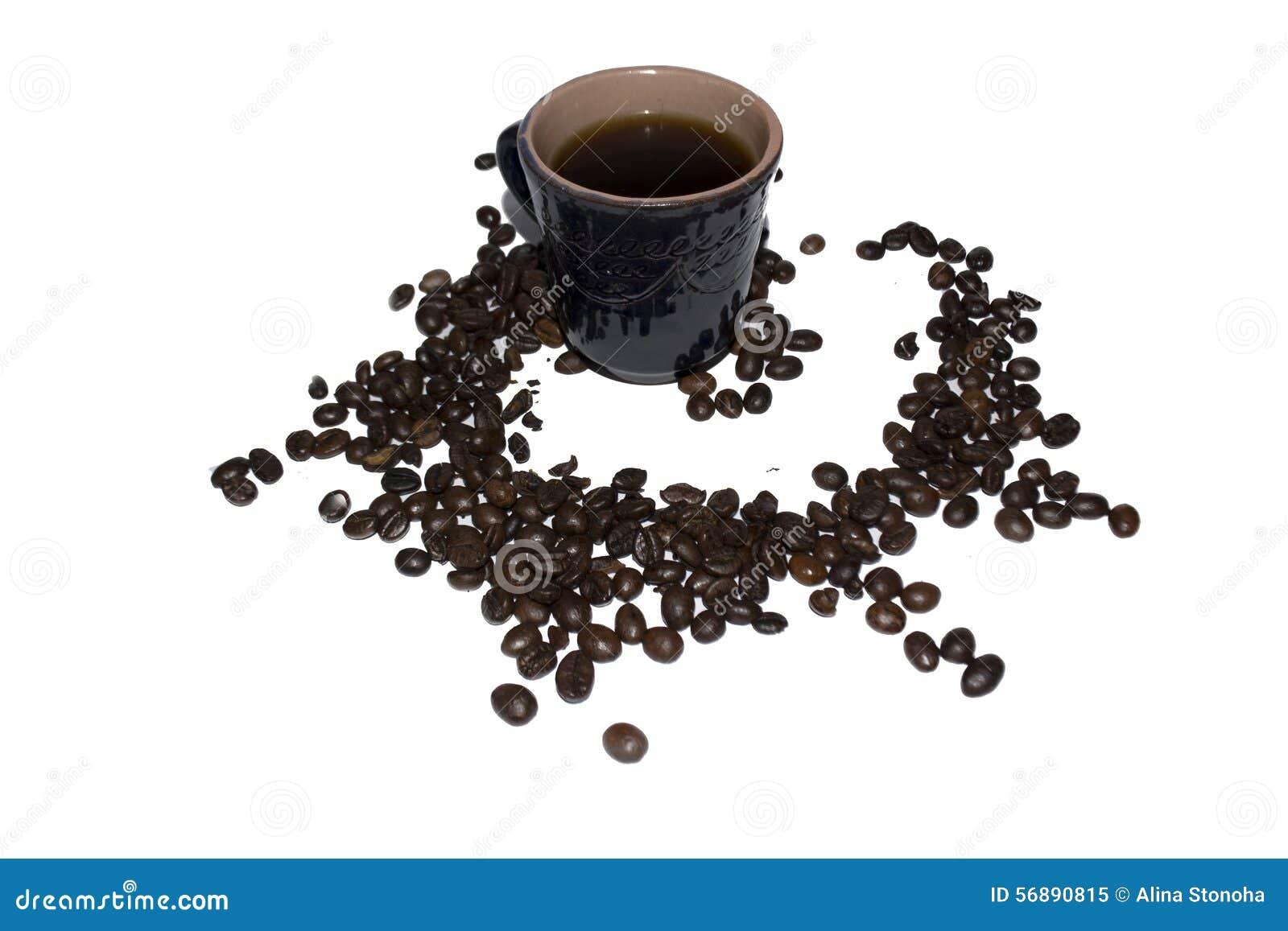 Tazza di caffè grigia dell argilla spruzzata con i grani di caffè su un whi