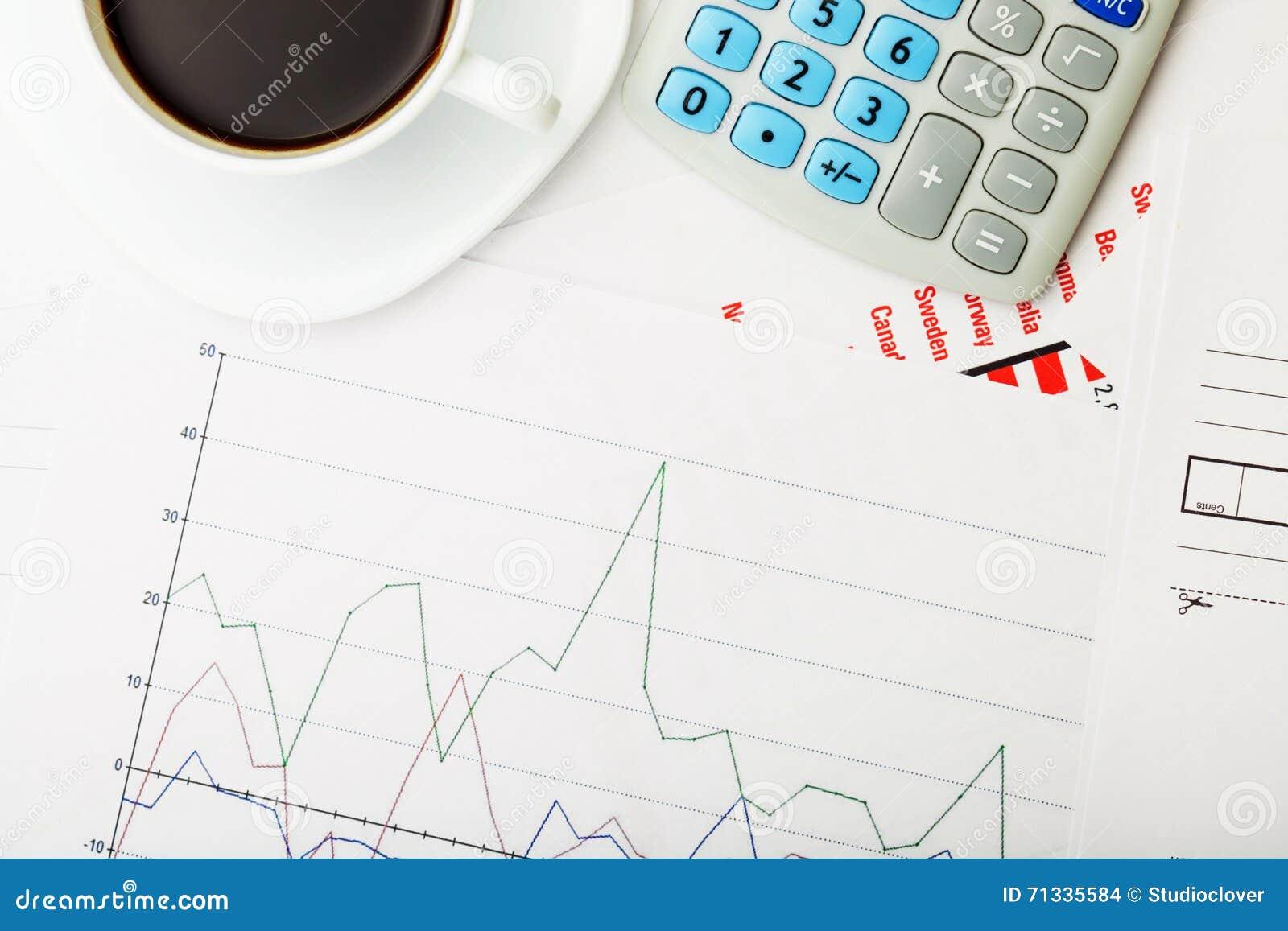 Tazza di caffè nero e del calcolatore sopra un certo documantation finanziario - colpo alto vicino dello studio