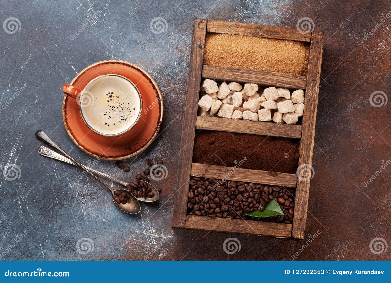 Tazza di caffè, semi di cacao torrefatti e zucchero bruno