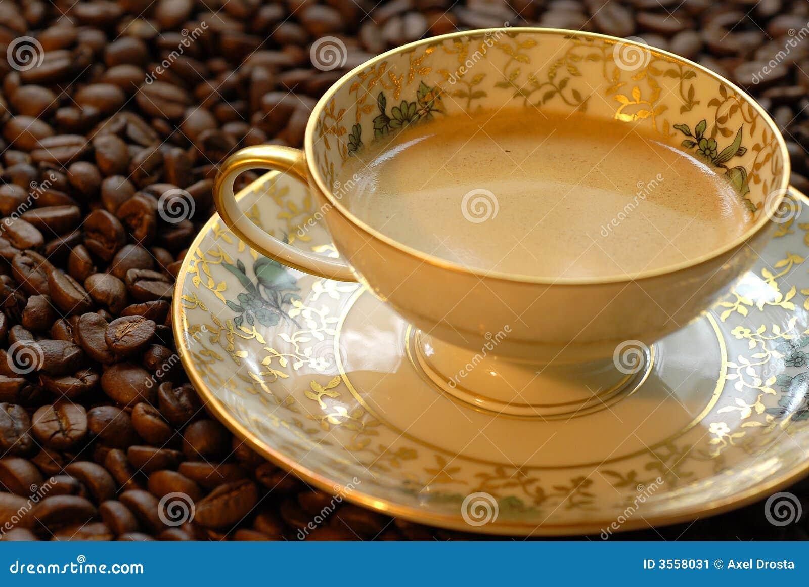 Tazza di caffè sui chicchi di caffè