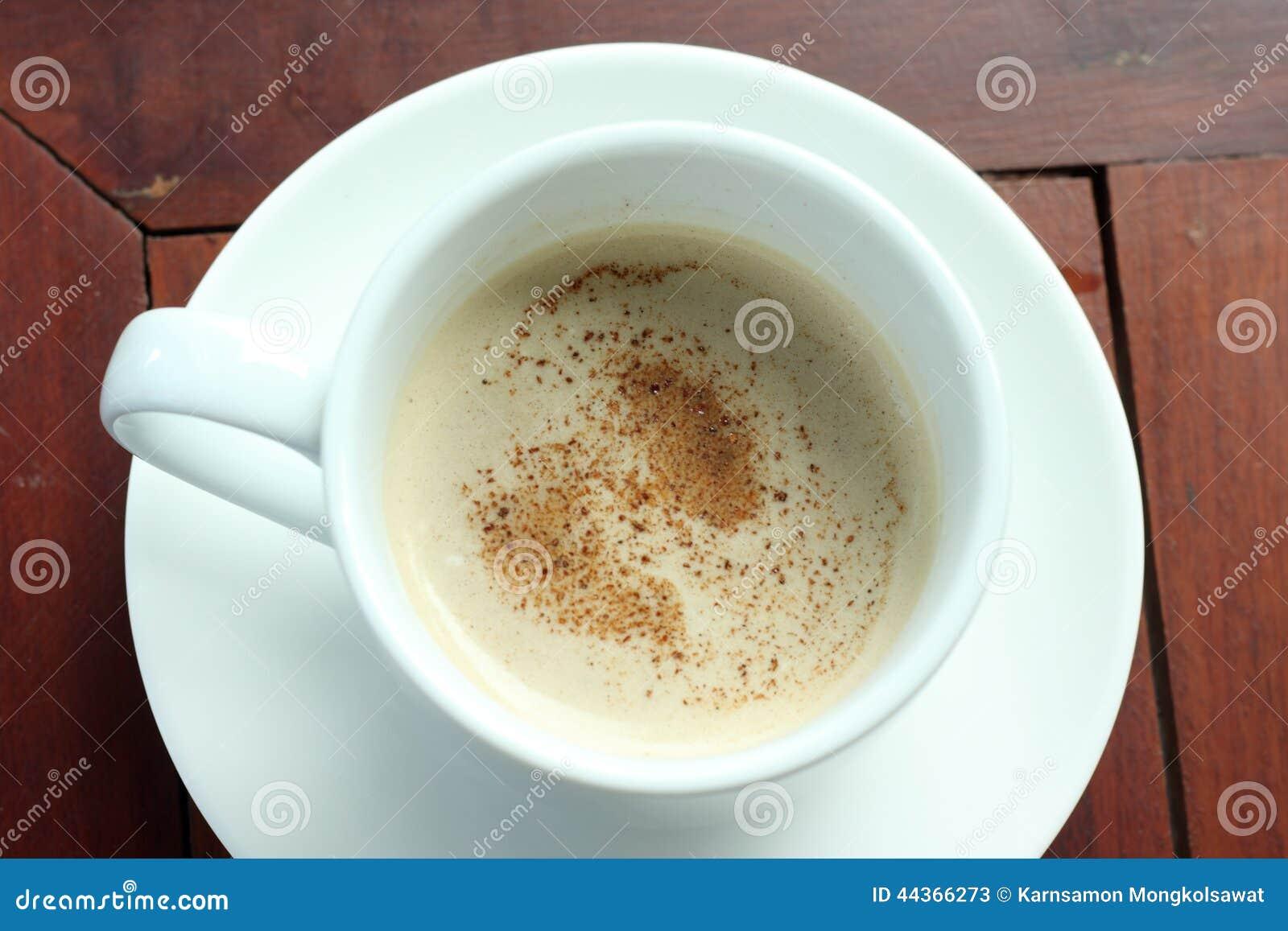 Tazza di caffè sulla tavola di legno, veduta dalla cima