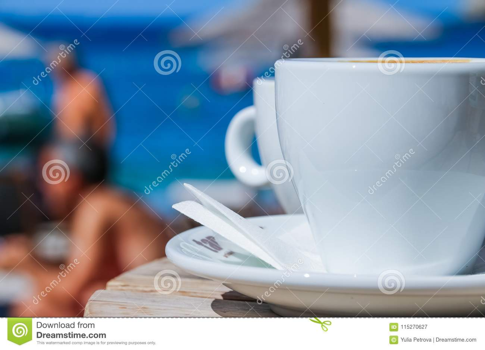 Tazza di caffè sulla tavola rotonda nel terrazzo del caffè sul