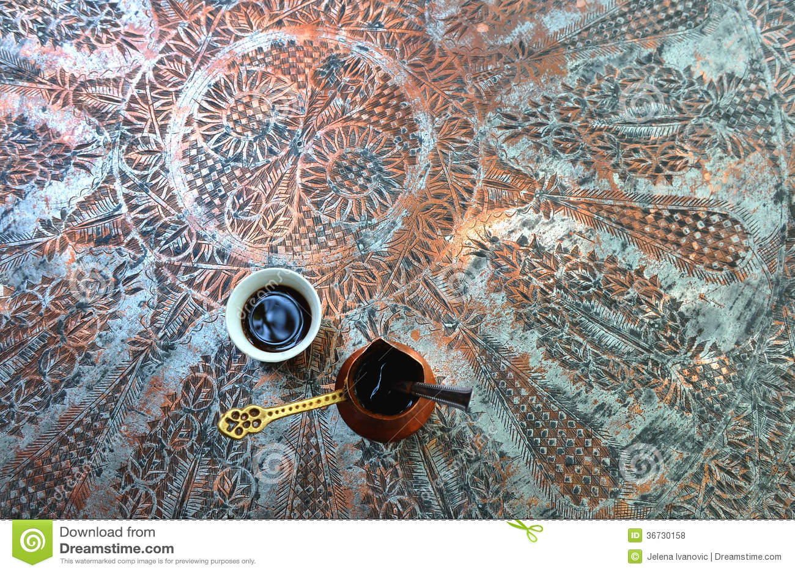 Tazza di caffè turco tradizionale sulla tavola d ottone