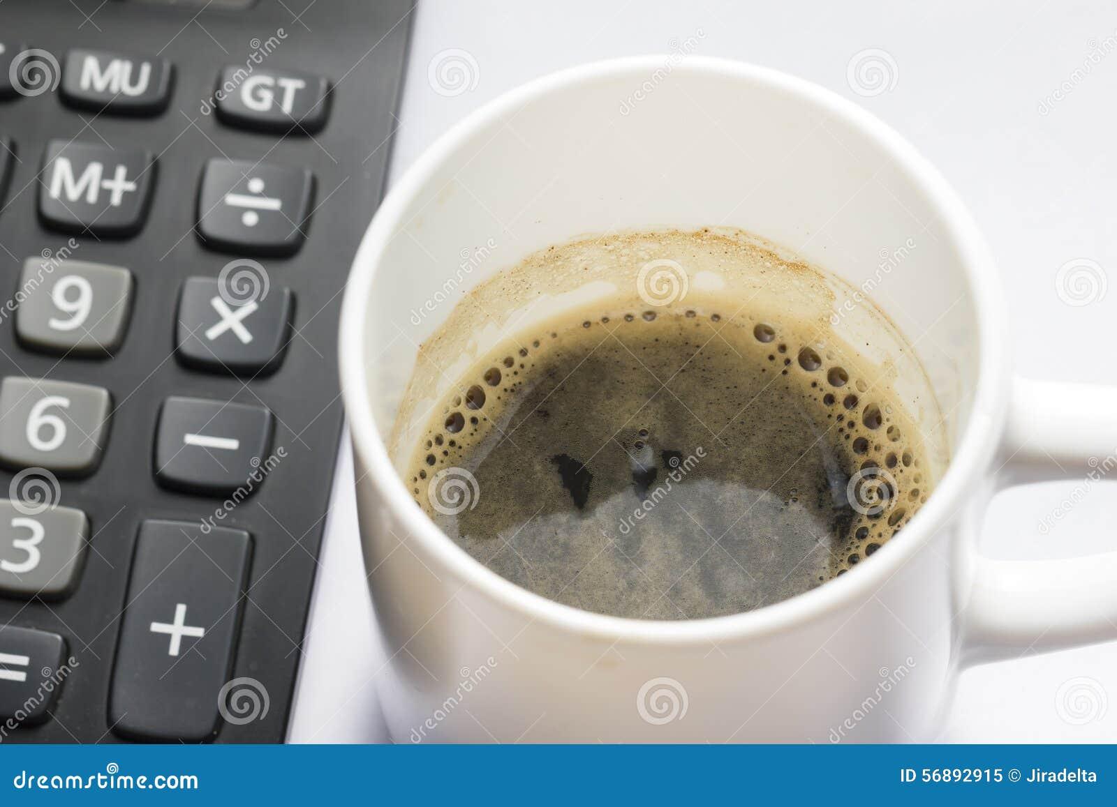 Tazza di Coffe con il primo piano del calcolatore dalla vista superiore