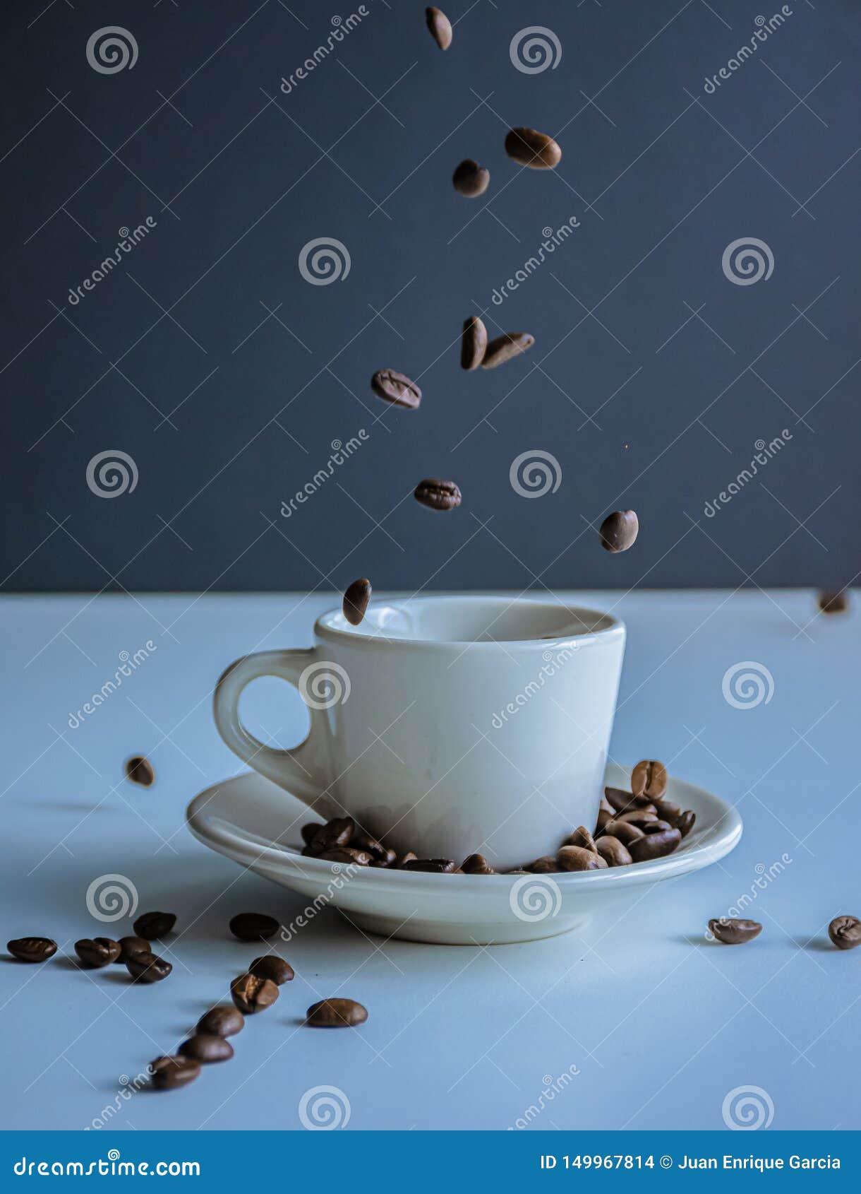 Tazza di Coffe ed interno del coffe dei fagioli