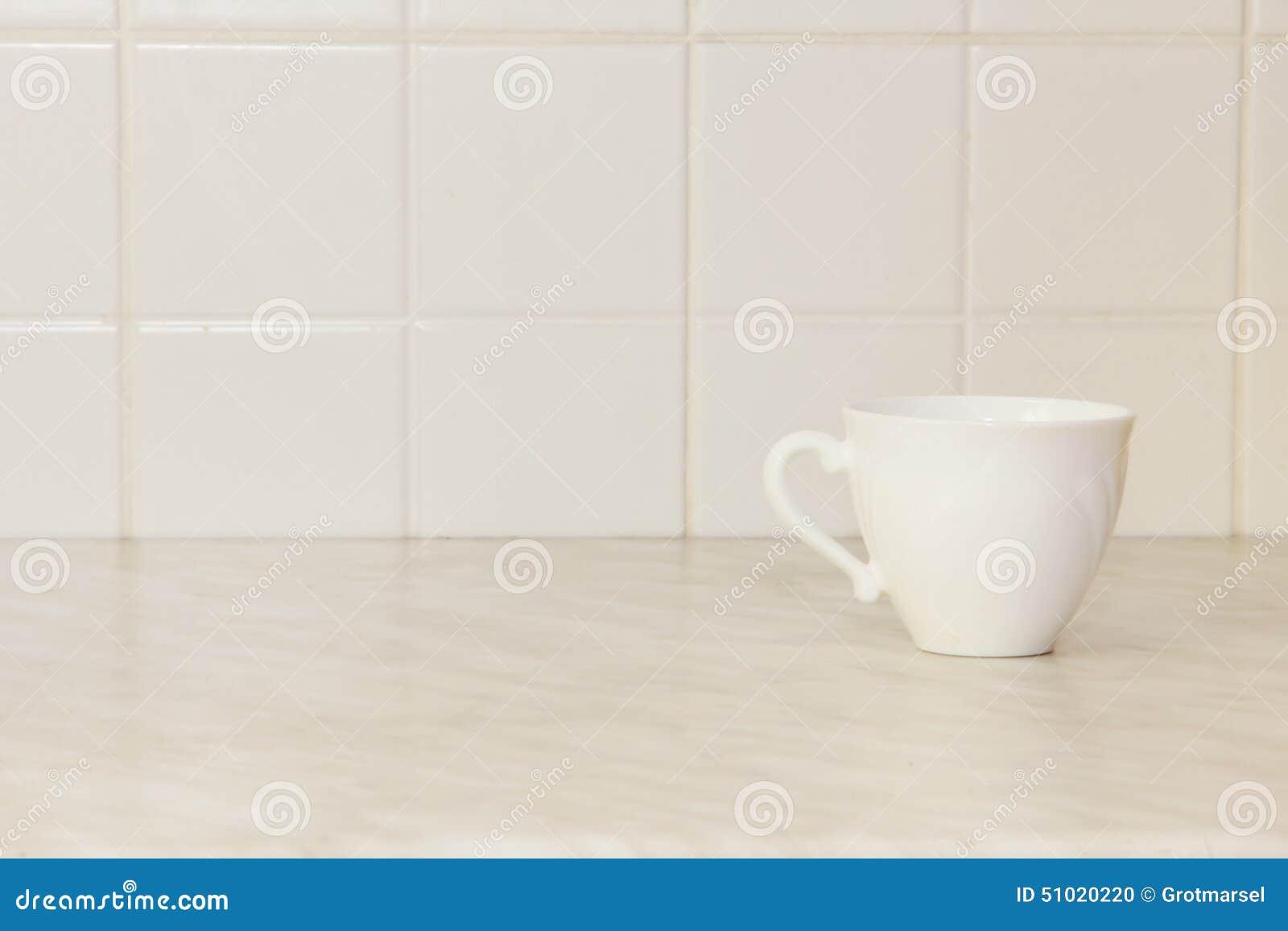 Tazza di tè ceramica sul tavolo da cucina bianco
