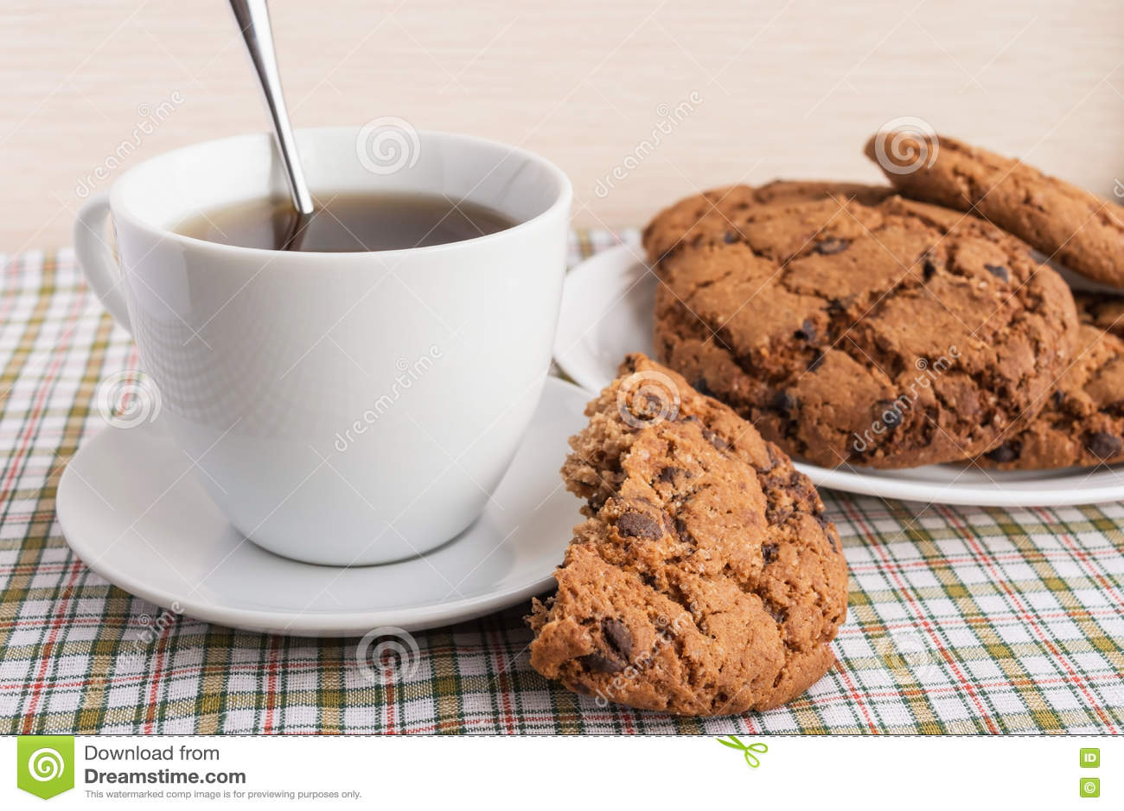 Tazza di tè e dei biscotti con cioccolato Americano
