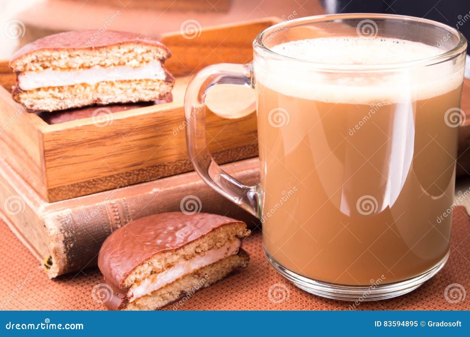 Vassoi In Legno Con Vetro : Tazza di vetro con cioccolata calda ed i biscotti in un vassoio di
