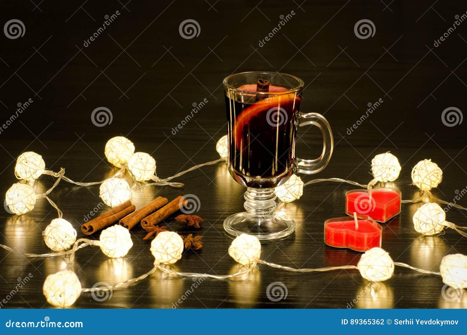 Tazza di vin brulé con le spezie candele sotto forma di un cuore
