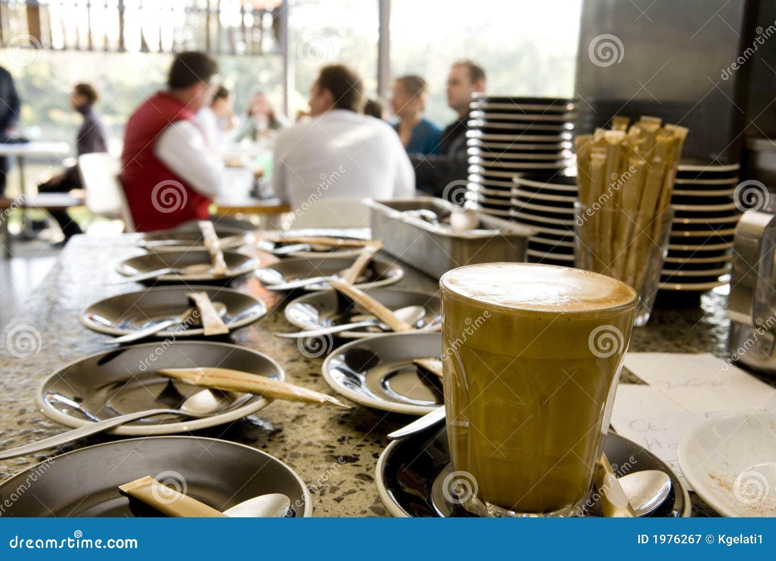 Tazza e piattino di caffè al caffè