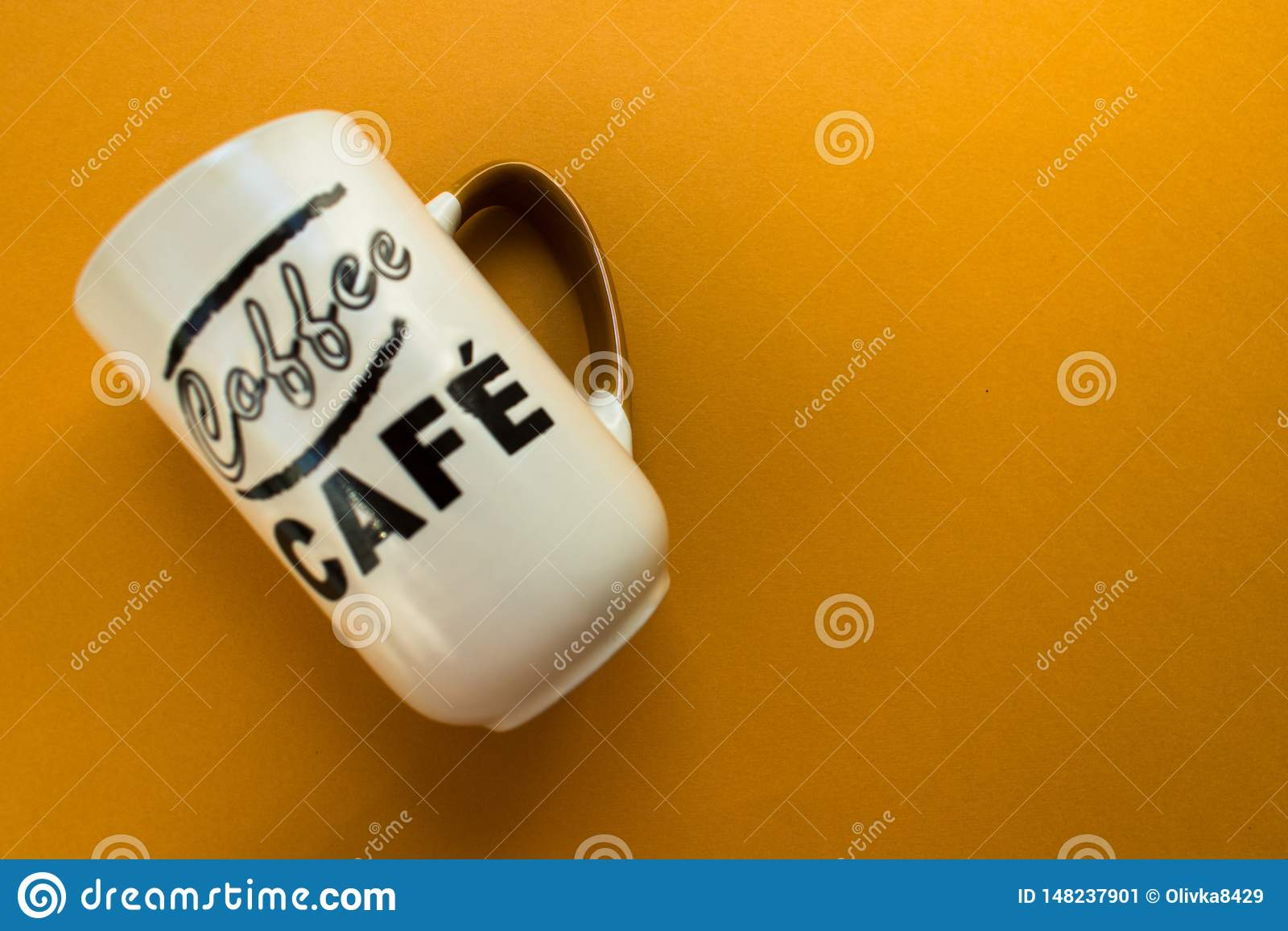 Tazza per caffè su un fondo giallo