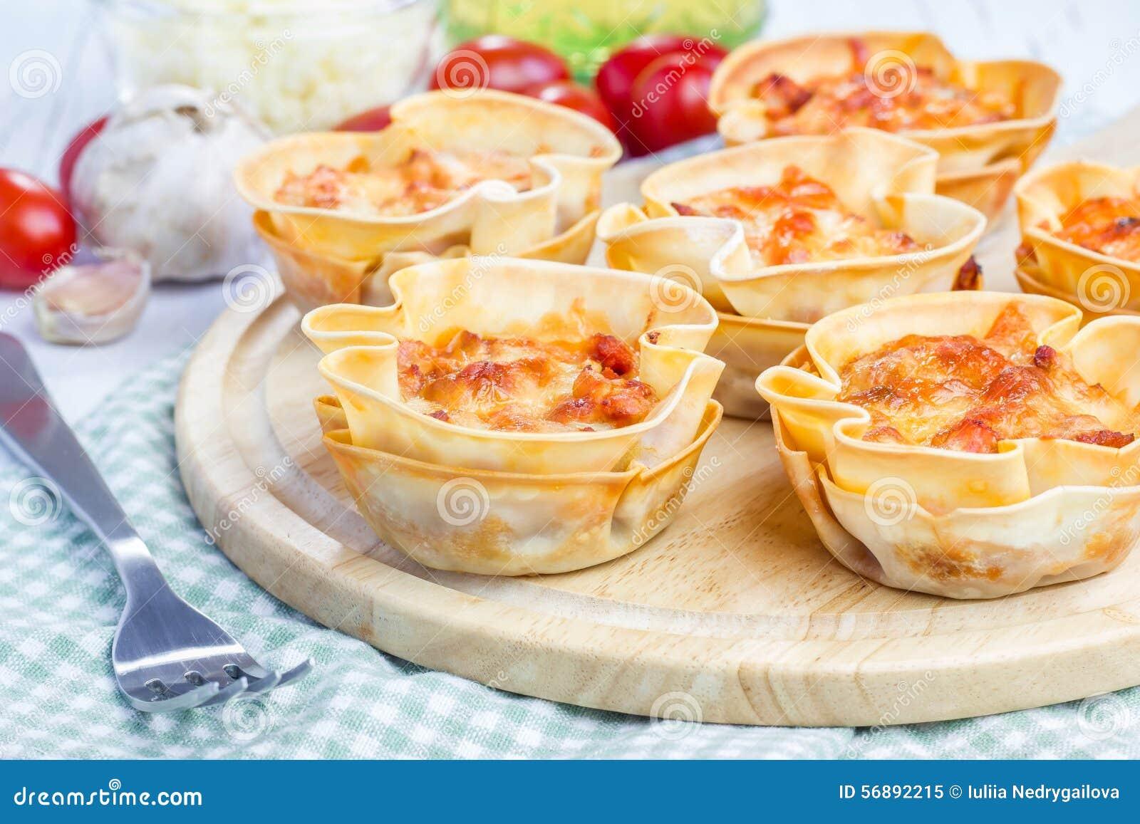 Tazze casalinghe delle lasagne al forno