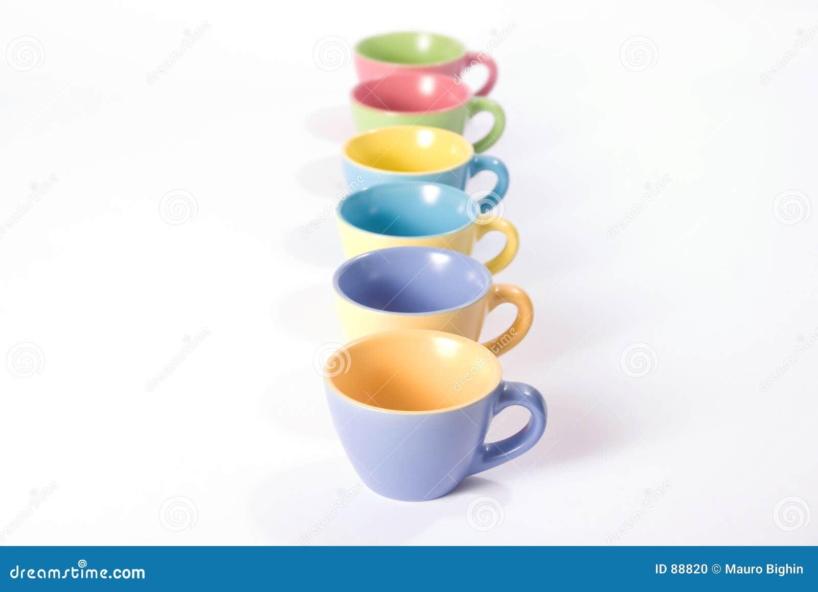 Tazze di caffè colorate in una riga