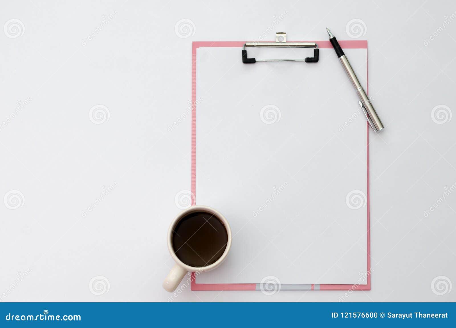 Tazze di caffè della penna del modello, carta per appunti delle cuffie disposta su una vista superiore di legno