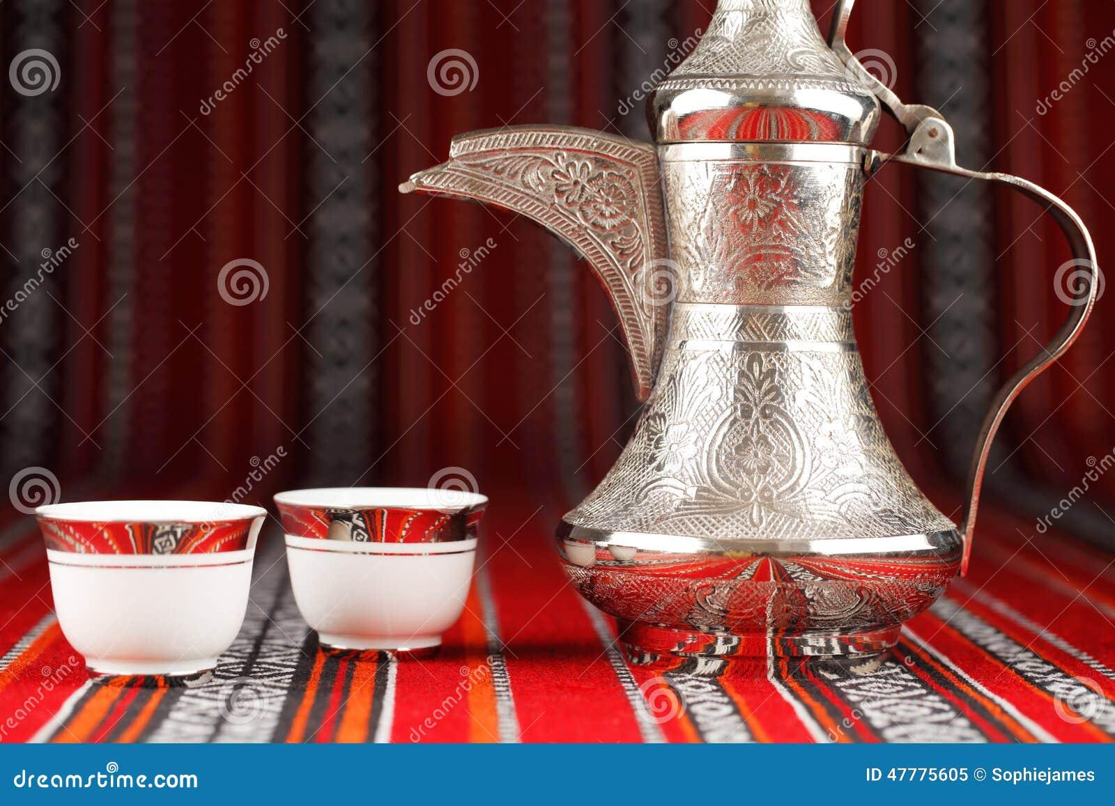 Tazze di tè arabe decorate e una teiera del dallah