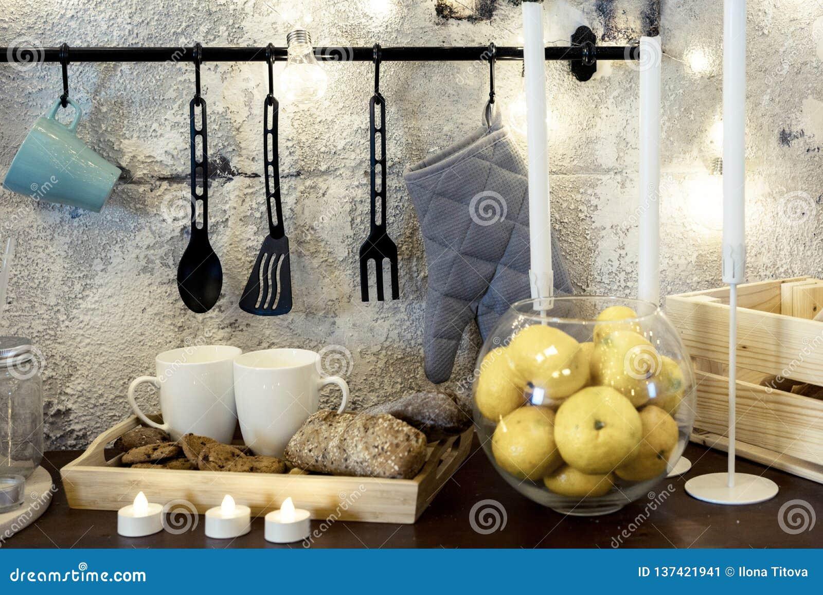 Tazze sulla tavola nella cucina Mandarini in un vaso di vetro Molte candele festa della famiglia nella cucina Giorno del `s del b