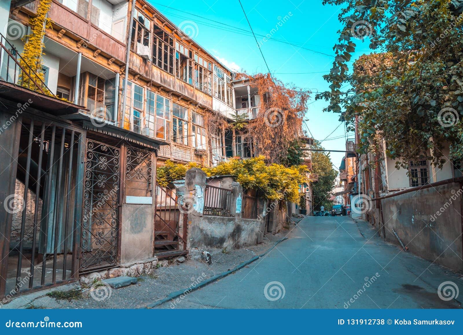 Tbilisi, Georgië - 30 08 2018: Voorgevel van traditioneel huis in ol