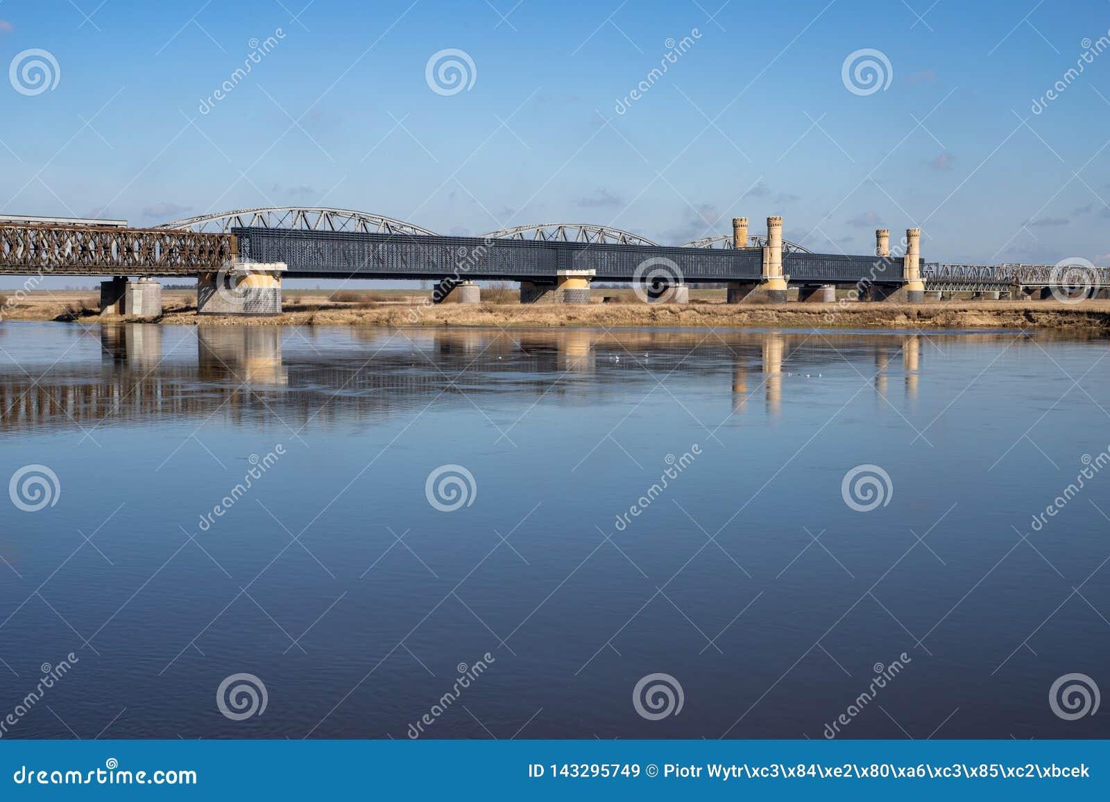 Tczew, pomorskie/Polen - 28 Maart, 2019: Oude historische Lisewski-brug Weg die over Vistula kruisen