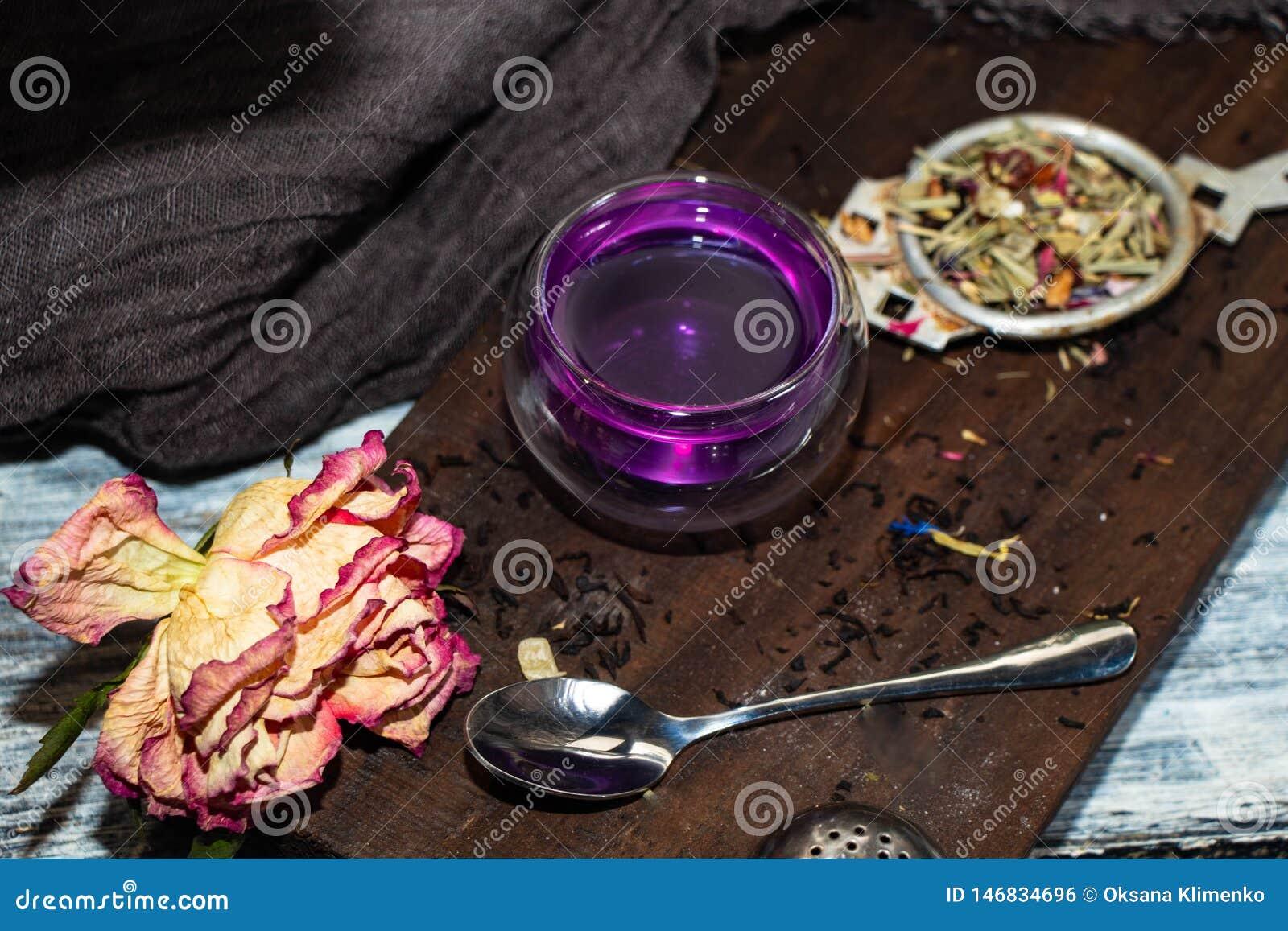 Te i ett genomskinligt dubbelt exponeringsglas med tillägget av citronen blir en grå färg