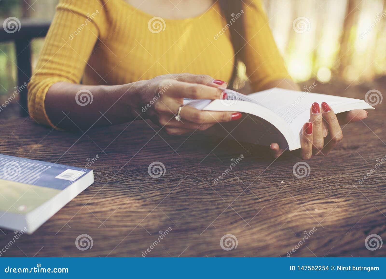 Te lezen de holdingsboek van de vrouwenhand