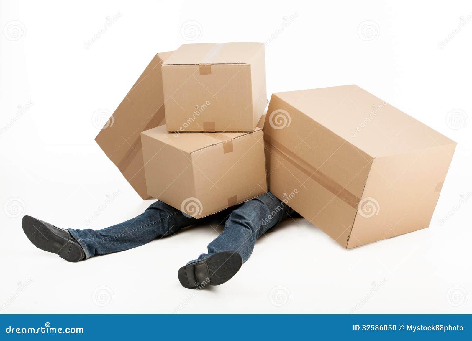 Te zware dozen. Bezorger liggen behandeld met een stapel van cardb