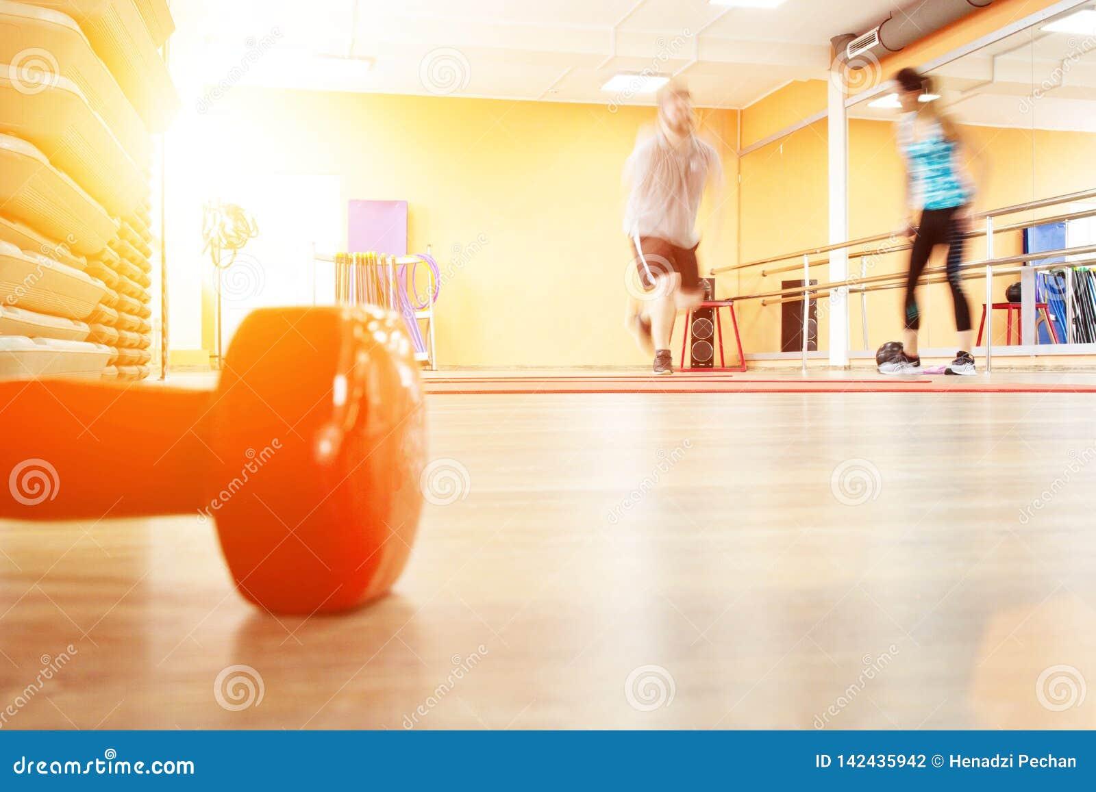 Te zware mannelijke en vrouwelijke trainer met de perfecte calorieën van de lichaamsbrandwond door training Persoonlijke opleidin