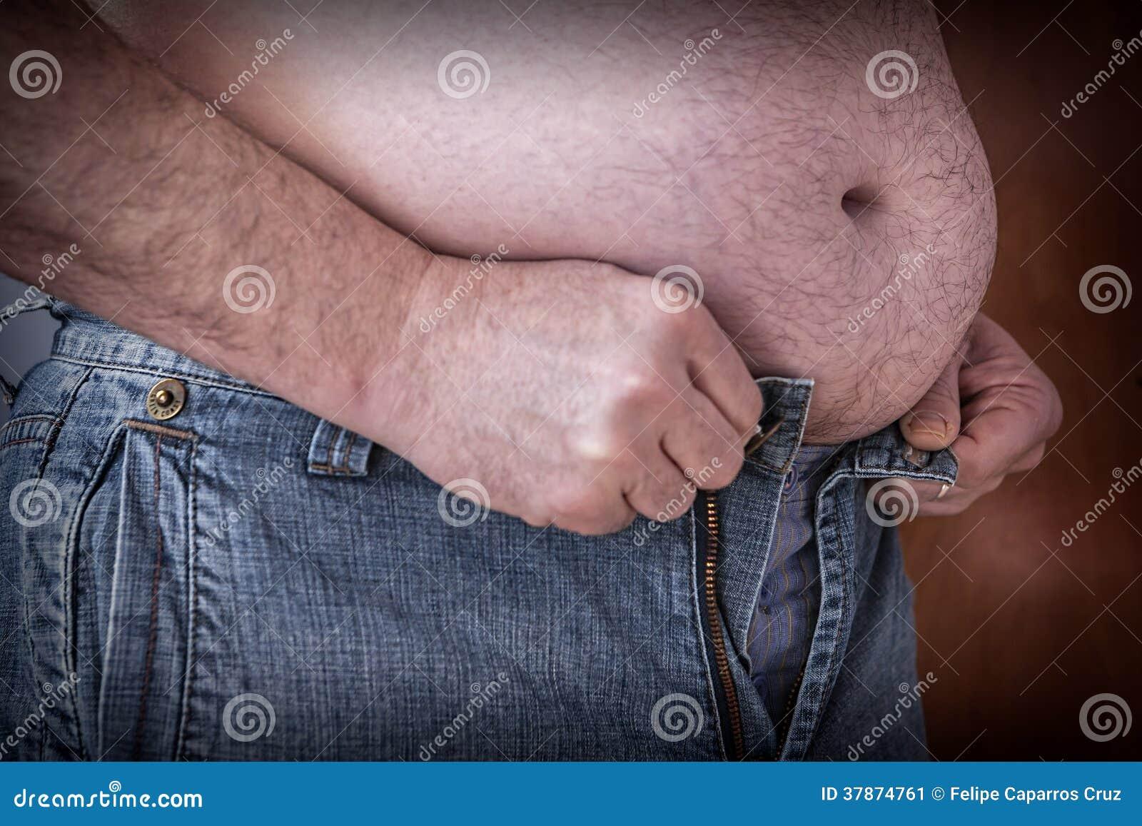 Te zware mens die te kleine kleren proberen vast te maken