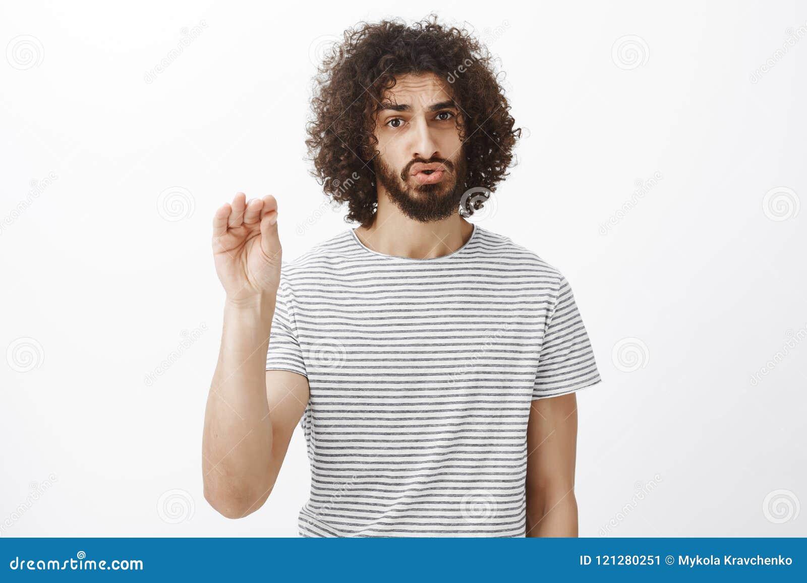 Te zwijgen gelieve Het portret van gehinderd en boos van knap mannelijk model met krullende haar en baard, het tonen houdt stil