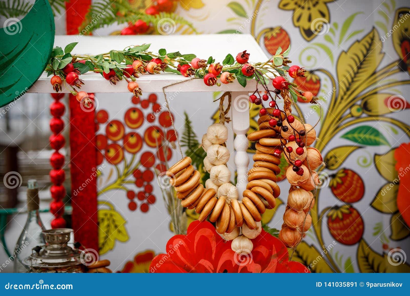 Tea Party ruso tradicional incluyendo té negro caliente del samovar, del azúcar de terrón, del sushki de los panecillos del cruji