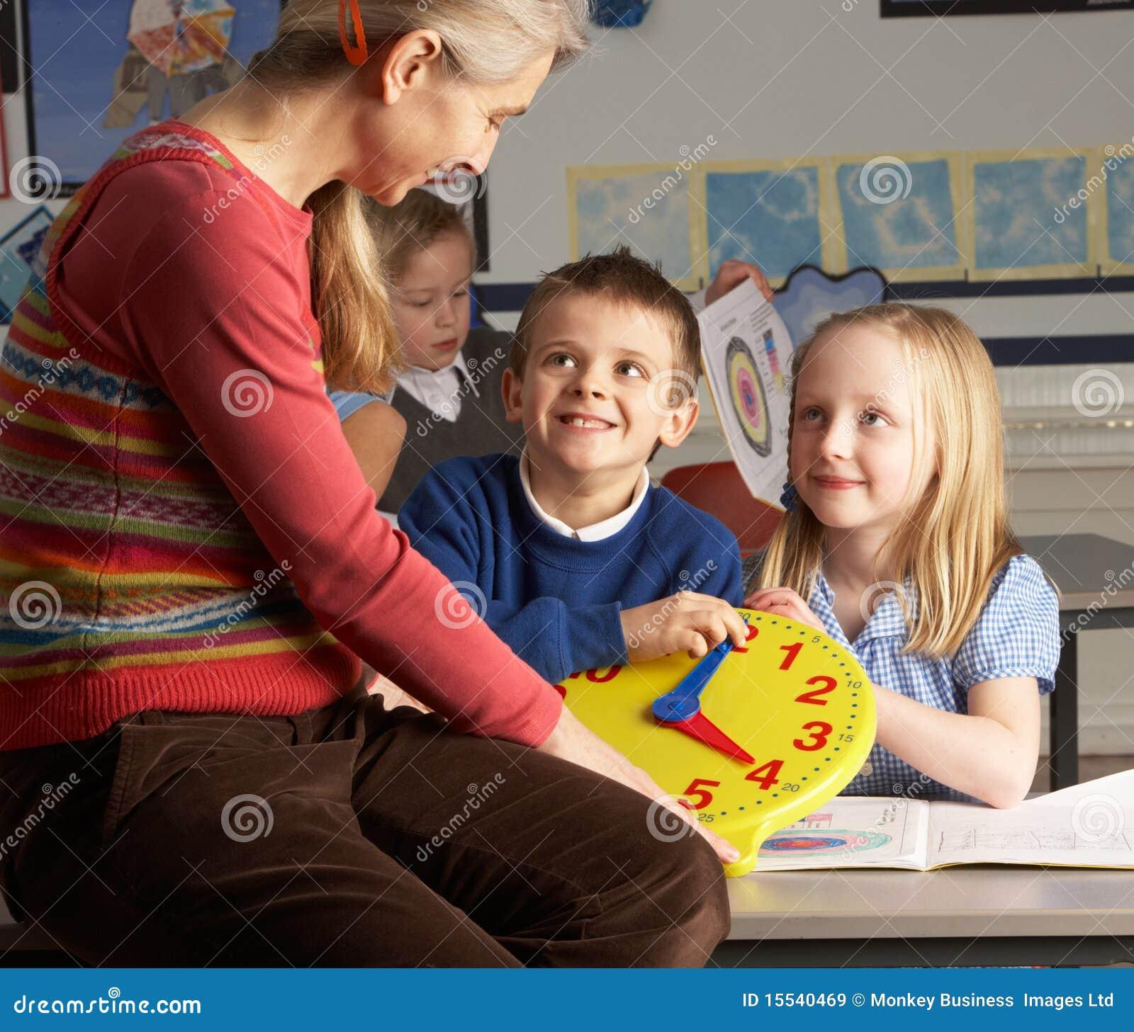 Teaching för lärare för barnkvinnliggrundskola för barn mellan 5 och 11 år