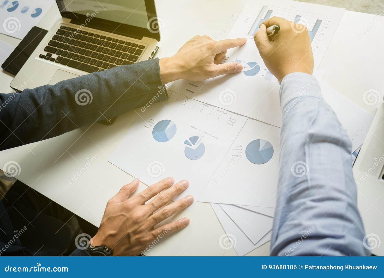 Team arbetsbegreppet, lagmötet, mannen som arbetar i kontoret collab