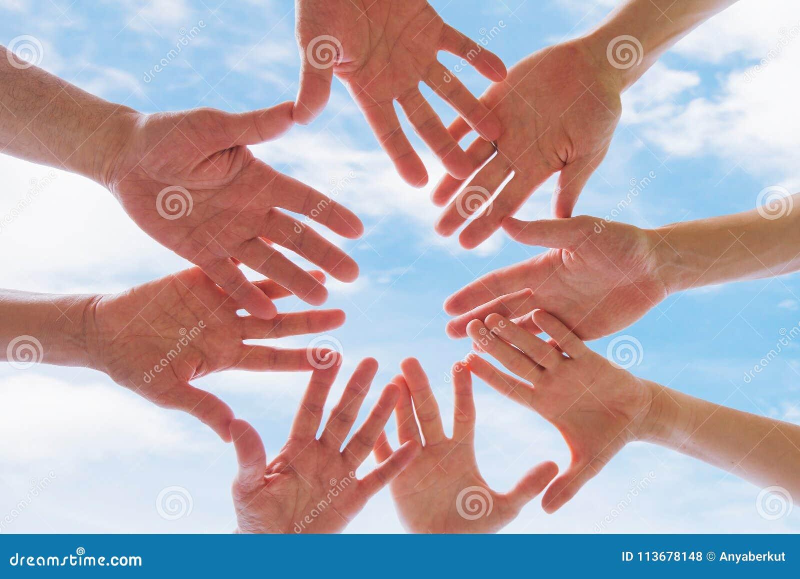 Team of broederschapconcept, groep mensen die handen samenbrengen