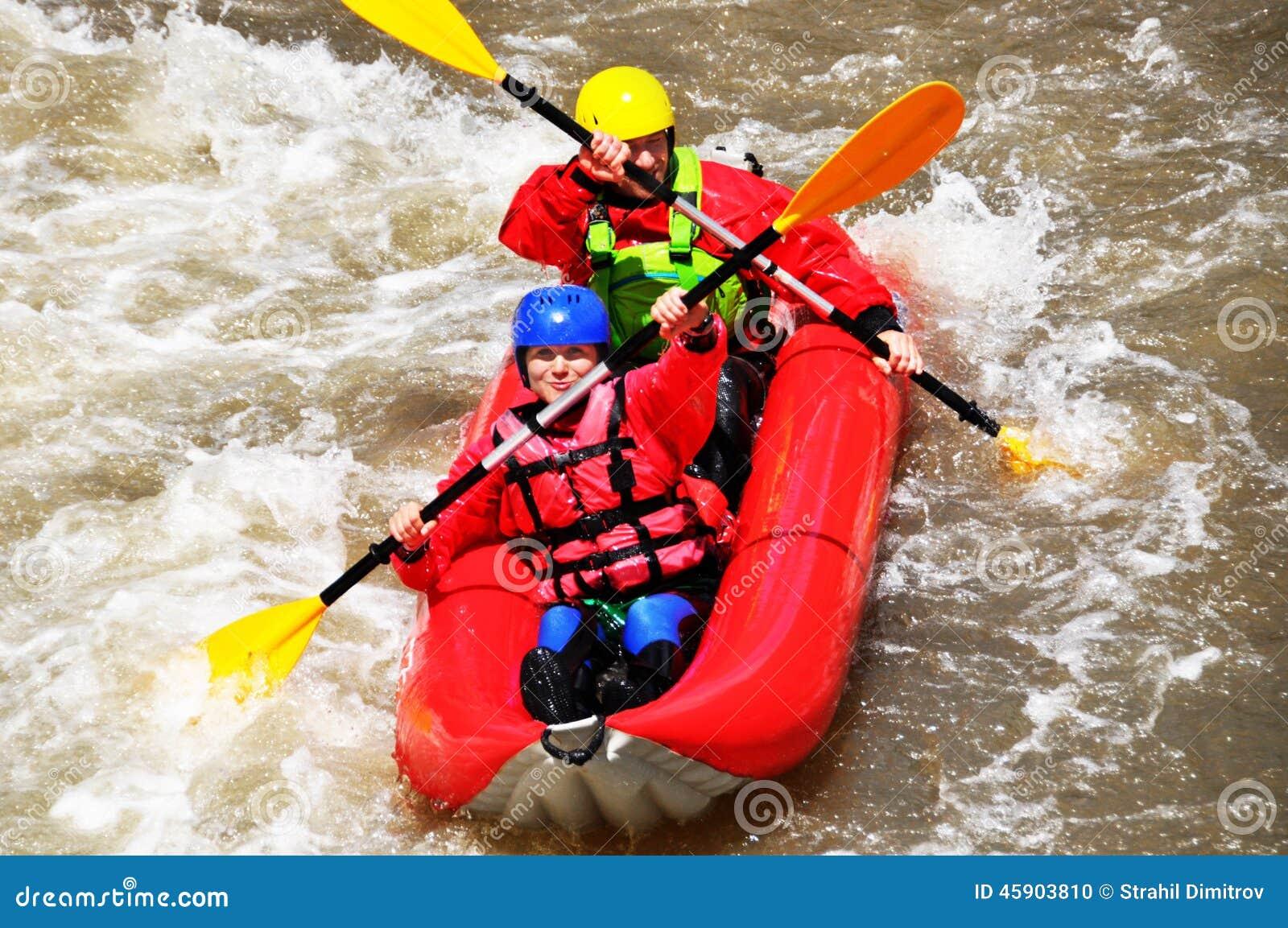 Team, das als Extrem- und Spaßsport Kayak fährt