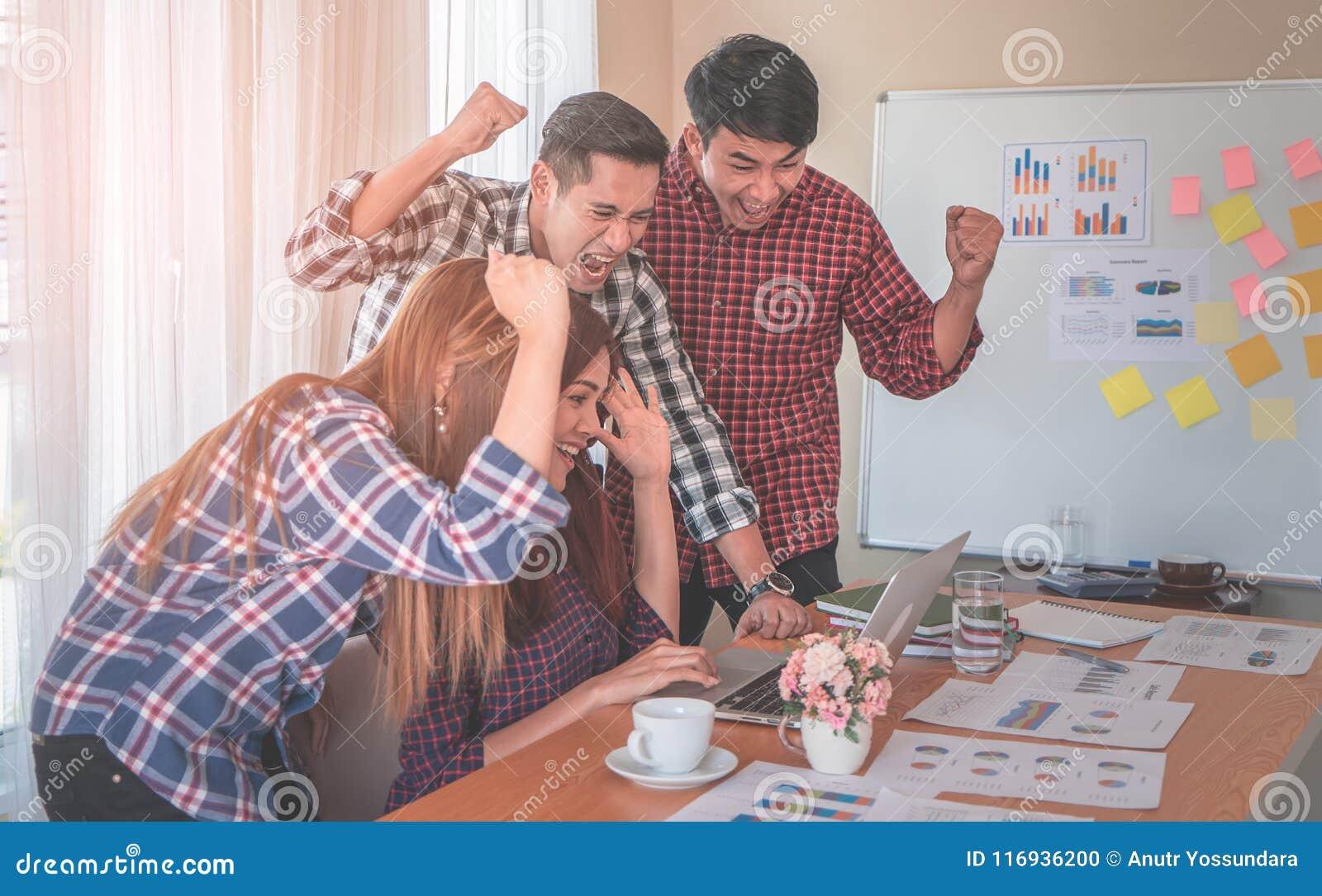 Team, das gewinnende Geste des Teamarbeits-Erfolgs im Geschäftsteam zeigt