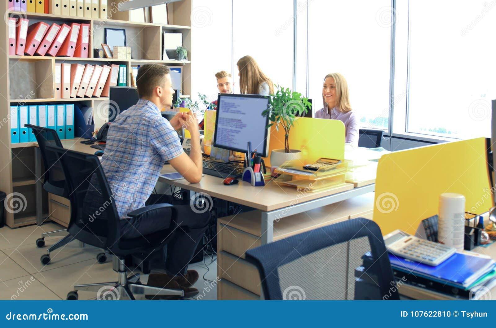 Team, das im Büro arbeitet Überwachen Sie schreibend und neues Projektbesprechend