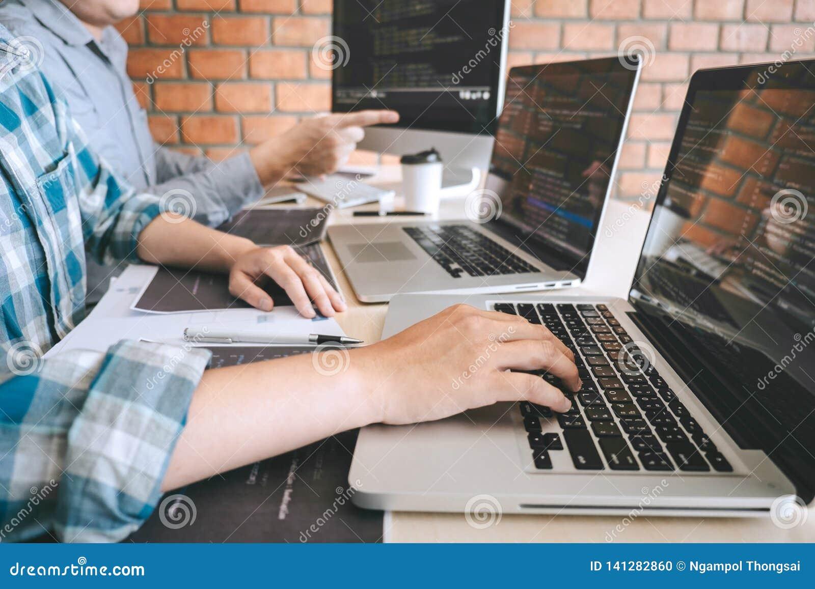 Team der Berufsentwicklerprogrammierer-Zusammenarbeitssitzung und des Gedanklich lösens und der Programmierung in der Website, di