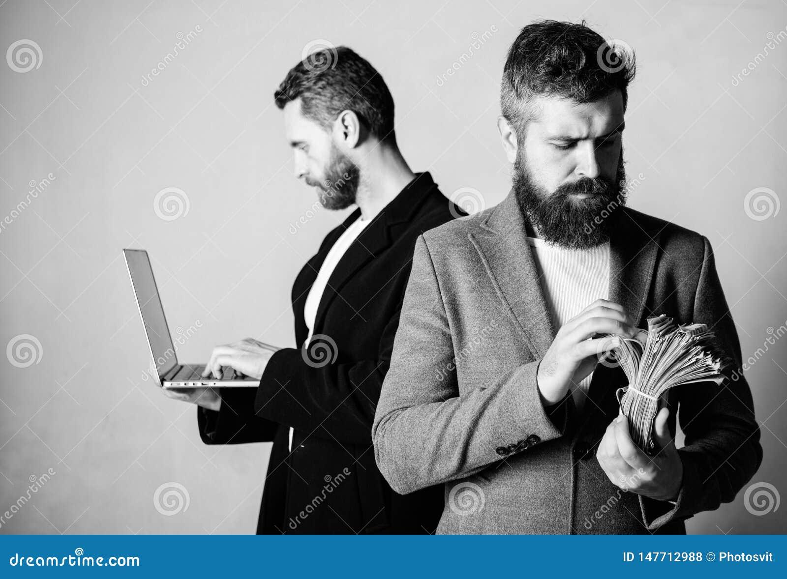 Team des Web-Entwicklers mit Laptop und Verkaufsleiter mit Bargeld Sich entwickelnde Anwendungen Digitaltechnik Es