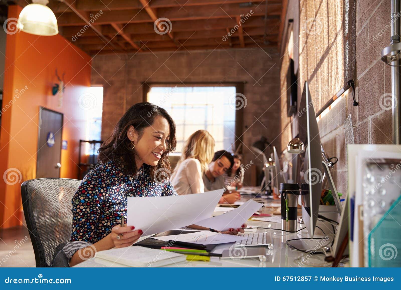 Team Of Designers Working At skrivbord i modernt kontor