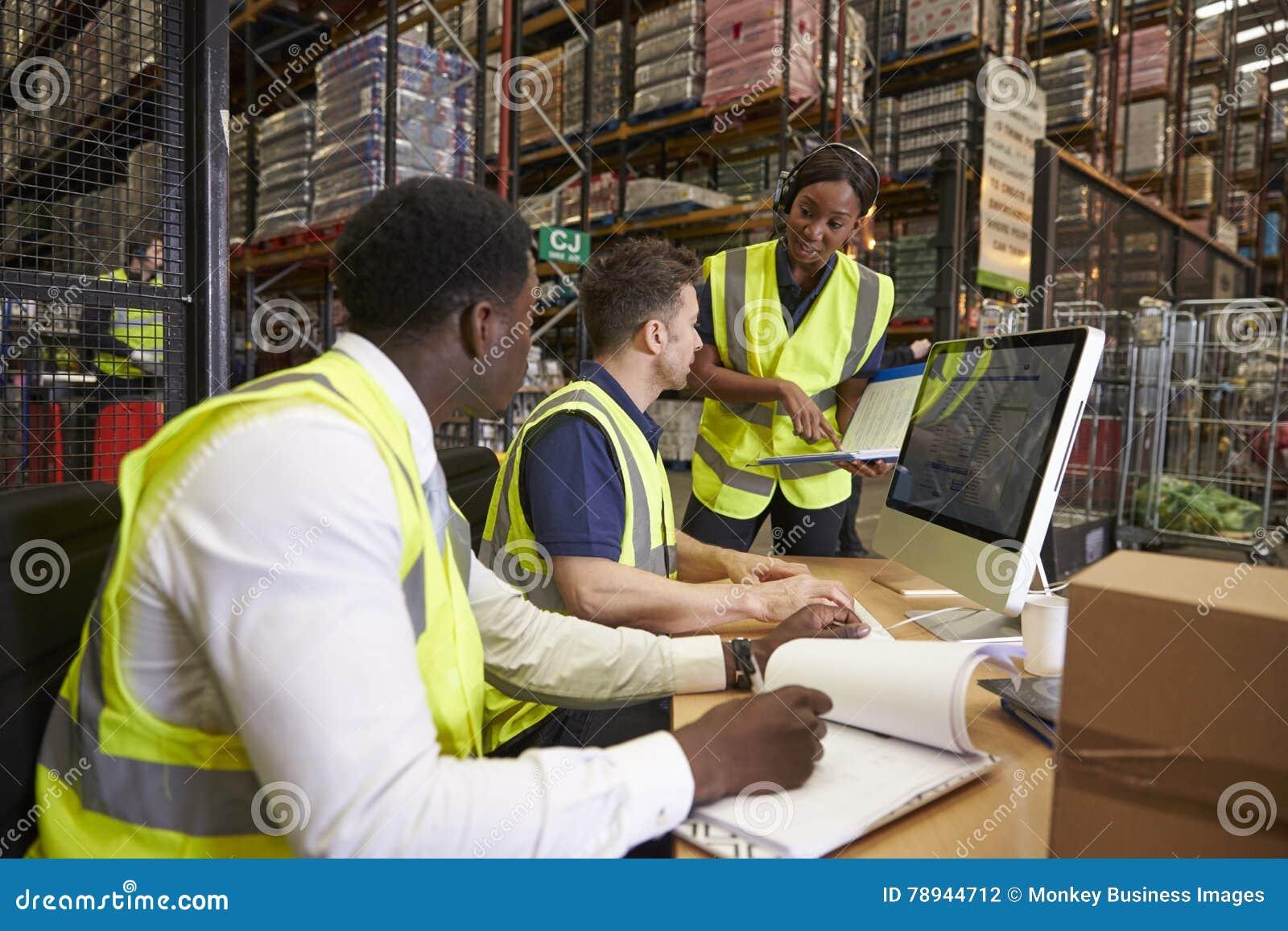 Team discutindo a logística do armazém em um escritório no local