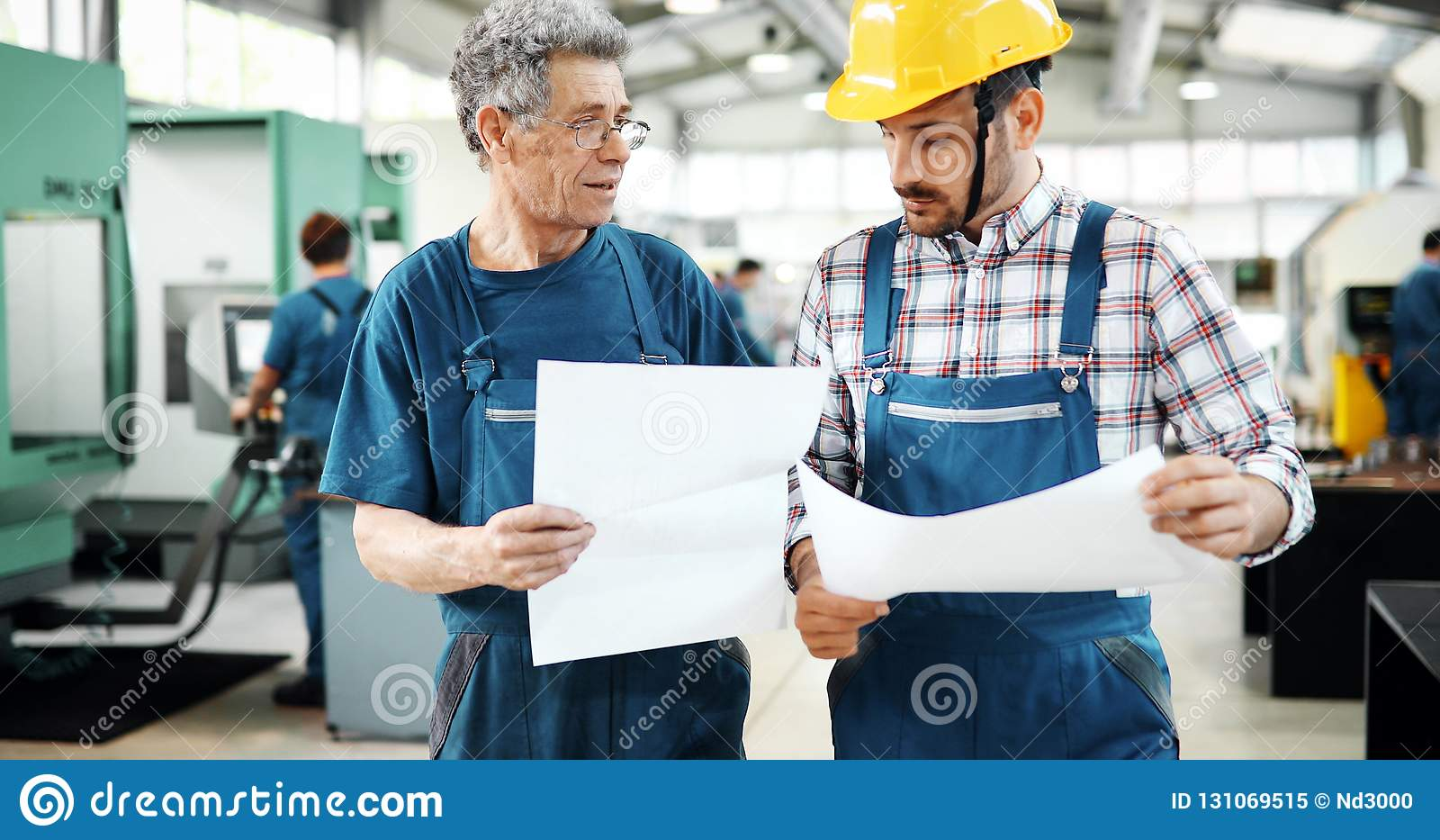 Team Of Engineers Having Discussion i fabrik