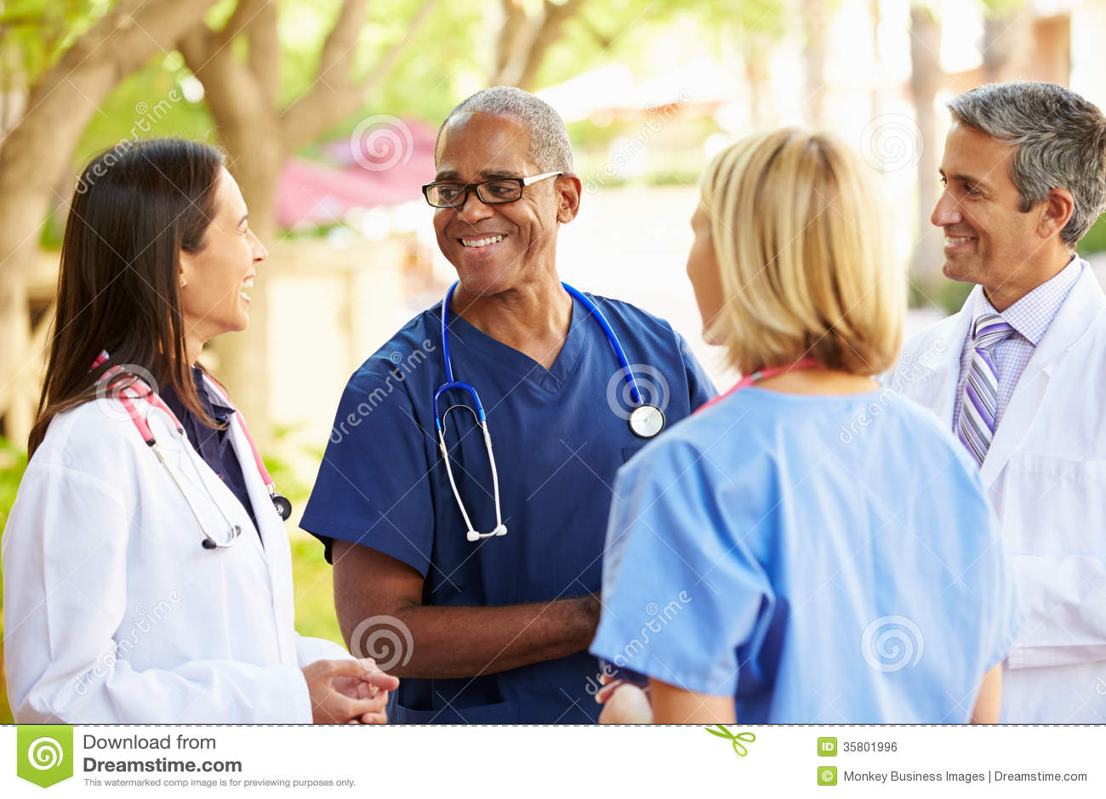 Team Having Discussion Outdoors médico