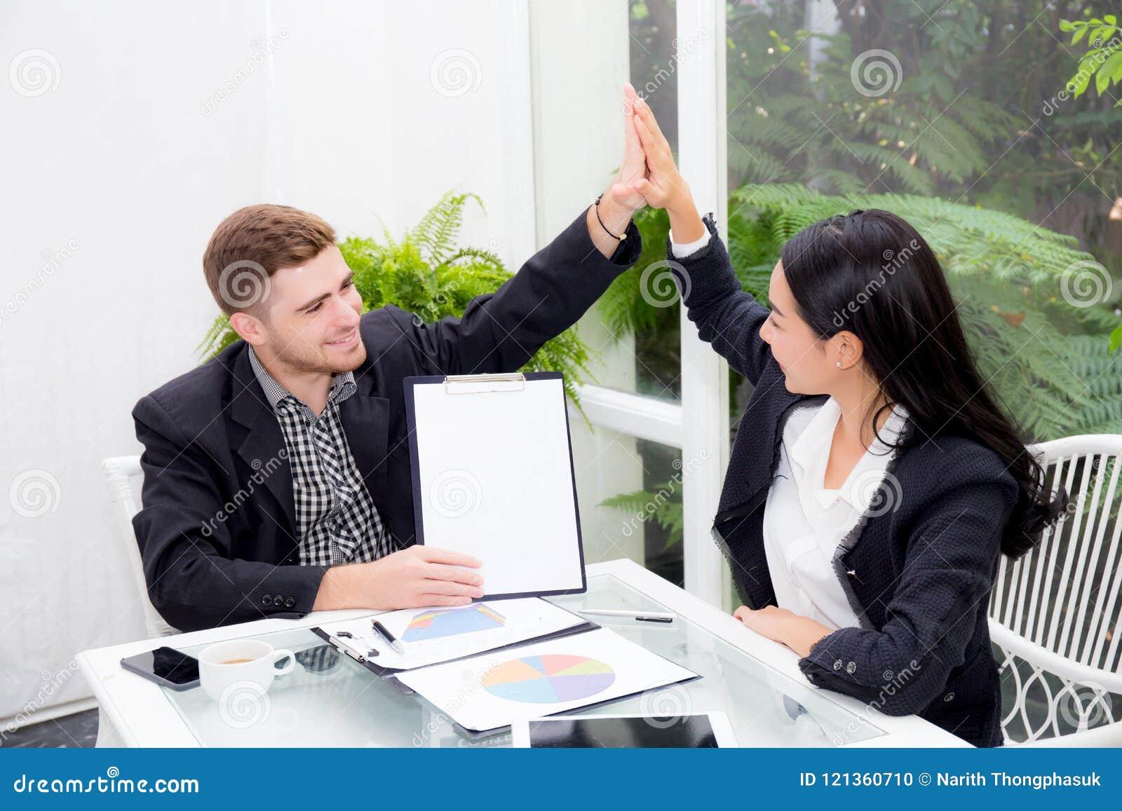 Team l homme et la femme émouvants de la main cinq d hommes d affaires salut avec la réunion de sourire pour la célébration au bu