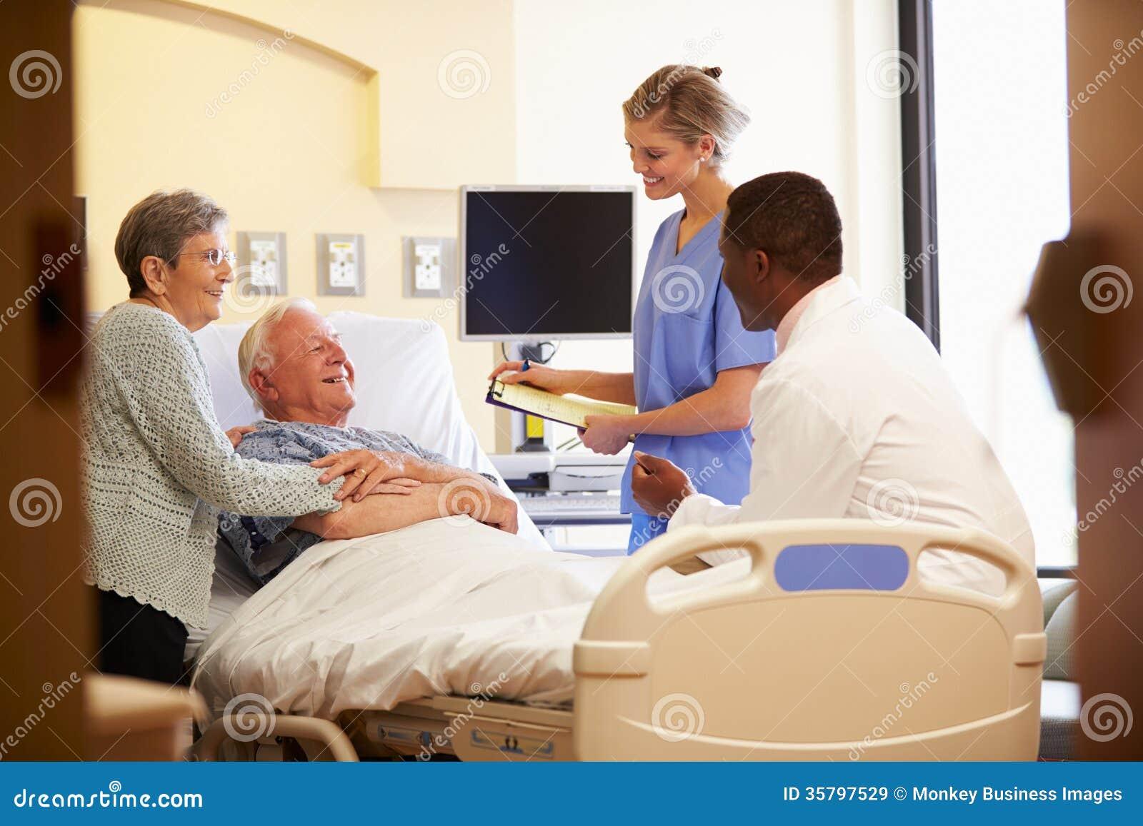 Team Meeting With Senior Couple medico nella stanza di ospedale