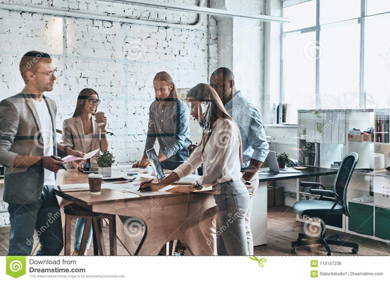 Team op het werk Groep jonge moderne mensen in slimme vrijetijdskleding