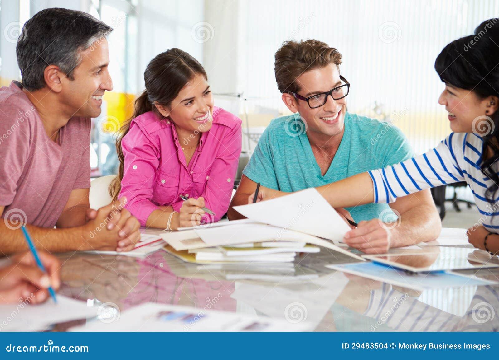 Team-Sitzung im kreativen Büro