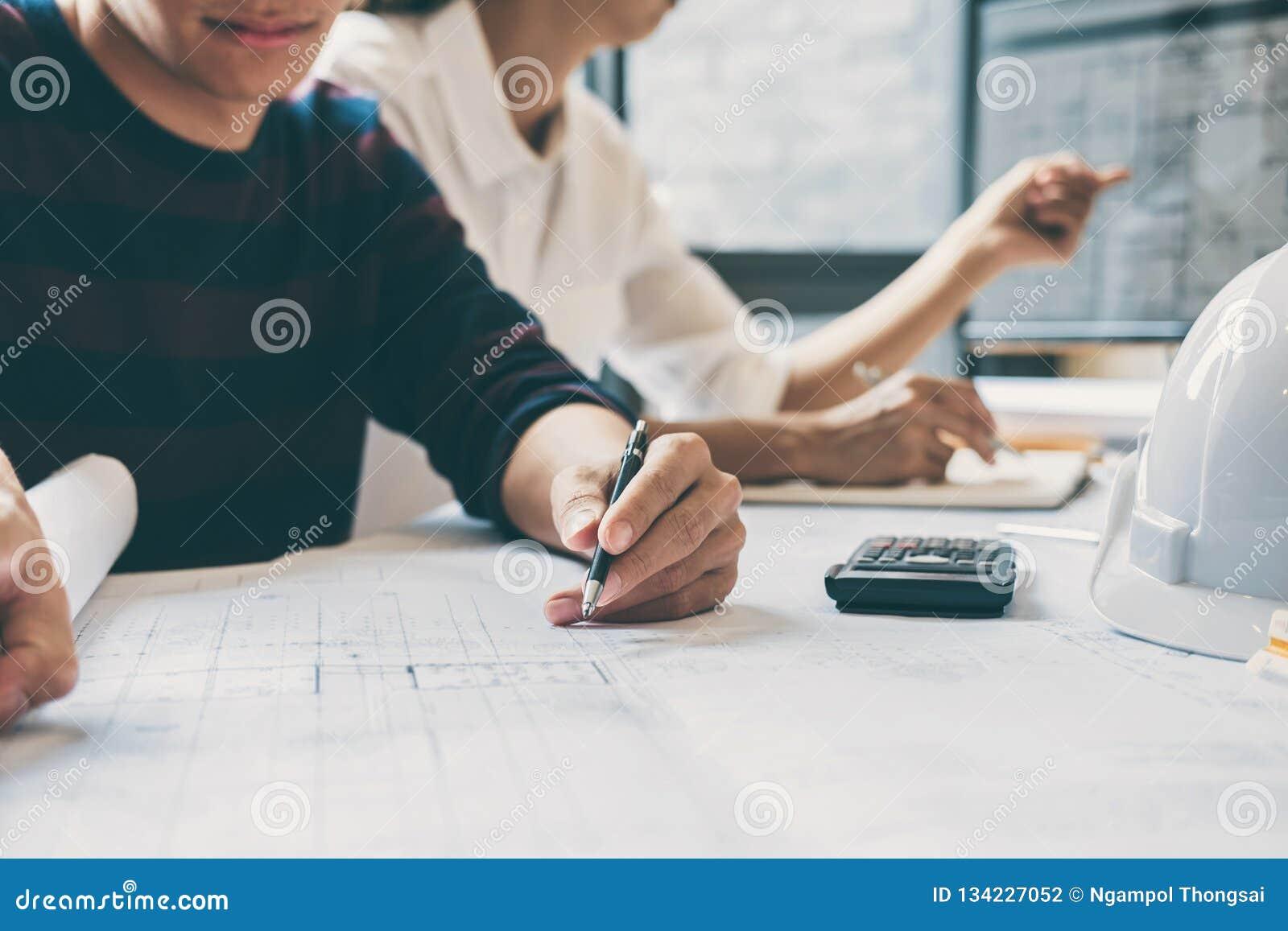 Team van constructiewerkzaamheden of architectenhanden die aan blauwdrukinspectie werken in werkplaats, en vergadering trekken sc