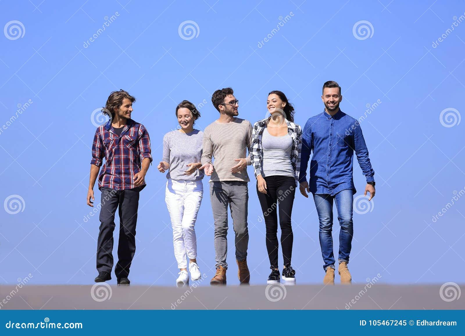 Team van jongeren die langs de weg lopen outdoors