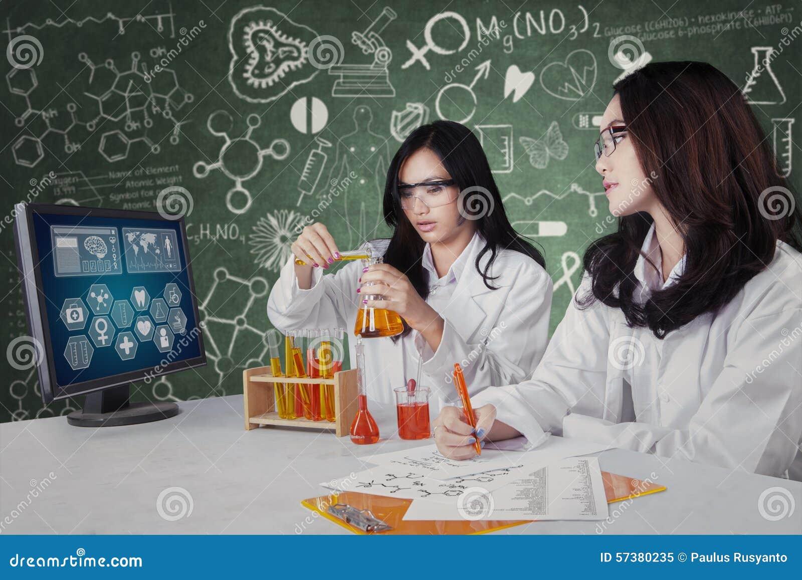 Team van studenten die in het laboratorium werken
