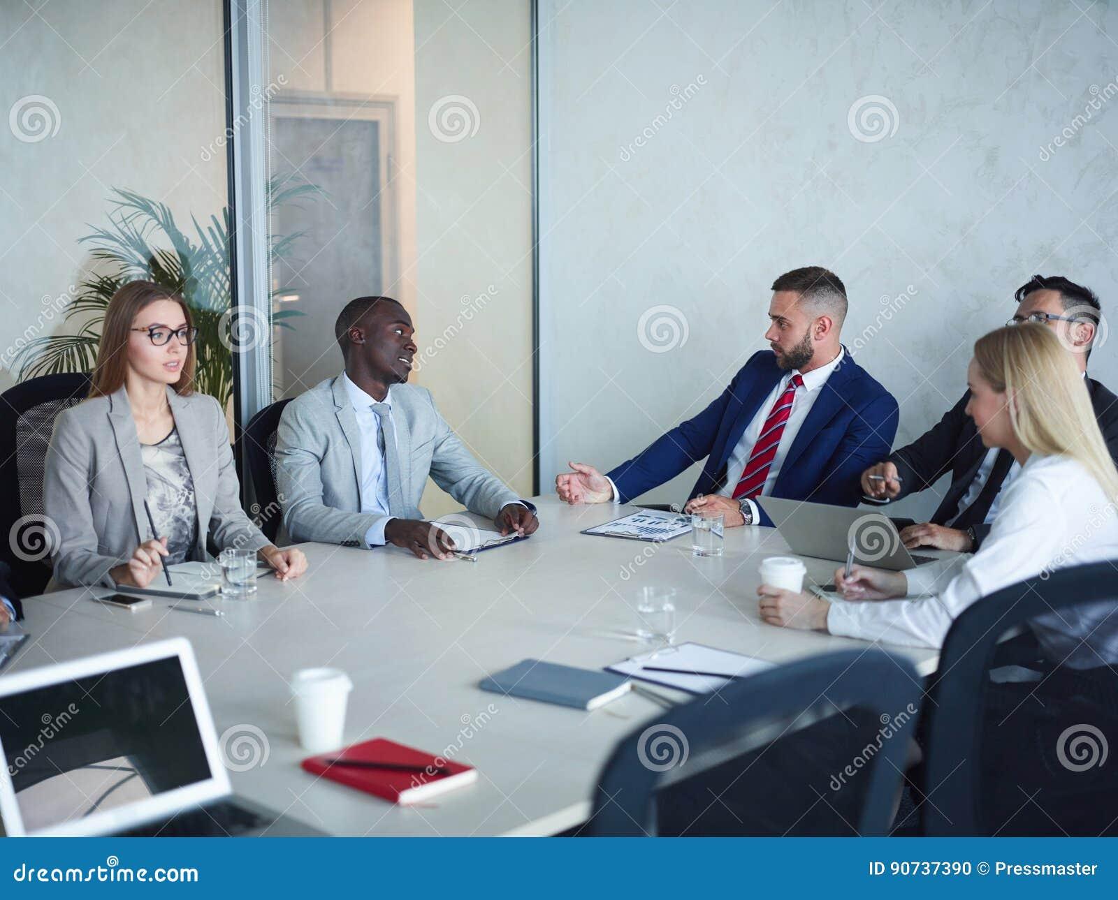 Team von den Geschäftsleuten, die im Konferenzsaal sich treffen
